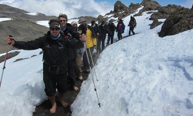 Barefoot Impi suben descalzos el Kilimanjaro